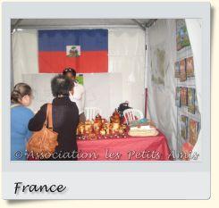 Le 7 septembre 2008 au matin, une membre de l'APA et d'autres participantes sur la tenue d'un stand lors de la fête de la ville de Choisy-le-Roi (94), en France. [Photographie © Association les Petits Amis.]