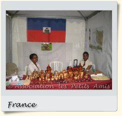Le 7 septembre 2008 au matin, des membres de l'APA tenant un stand lors de la fête de la ville de Choisy-le-Roi (94), en France. [Photographie © Association les Petits Amis.]