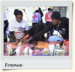 Le 20 décembre 2008 en après-midi, des bénévoles de l'APA confectionnant des emballages cadeaux pour « Nature et Découvertes » à Créteil (94), en France. [Photographie © Association les Petits Amis.]
