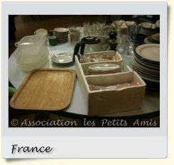 Le 11 février 2010 au soir, une braderie dans le 13e arrondissement de Paris, en France. [Photographie © Association les Petits Amis.]