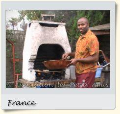 Le 16 août 2008 en après-midi, un membre bénévole de l'APA au barbecue de Villetaneuse (93), en France. [Photographie © Association les Petits Amis.]