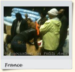Le 13 mai 2010 en après-midi, des bénévoles de l'APA triant des vêtements à Aubervilliers (93), en France. [Photographie © Association les Petits Amis.]