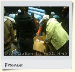 Le 13 mai 2010 en après-midi, des bénévoles et membres de l'APA triant des vêtements à Aubervilliers (93), en France. [Photographie © Association les Petits Amis.]