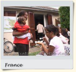 Le 16 août 2008 en après-midi, une membre de l'APA et d'autres participants au barbecue de Villetaneuse (93), en France. [Photographie © Association les Petits Amis.]