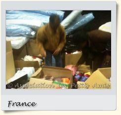 Le 13 mai 2010 en après-midi, des membres de l'APA triant des vêtements à Aubervilliers (93), en France. [Photographie © Association les Petits Amis.]