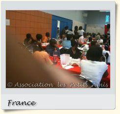 Le 5 juin 2010 au soir, des participants au gala de solidarité de Choisy-le-Roi (94), en France. [Photographie © Association les Petits Amis.]