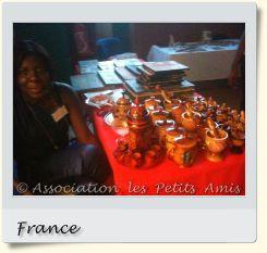 Le 5 juin 2010 au soir, une membre de l'APA au gala de solidarité de Choisy-le-Roi (94), en France. [Photographie © Association les Petits Amis.]