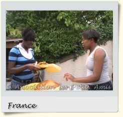 Le 16 août 2008 en après-midi, des membres bénévoles de l'APA au barbecue de Villetaneuse (93), en France. [Photographie © Association les Petits Amis.]