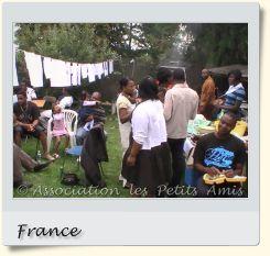 Le 16 août 2008 en après-midi, des participants au barbecue de Villetaneuse (93), en France. [Photographie © Association les Petits Amis.]